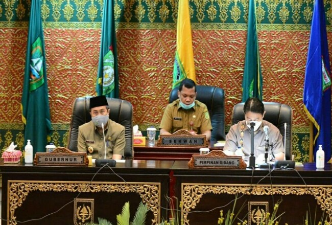 Gubernur Riau syamsuar menghadiri Paripurna DPRD Riau.