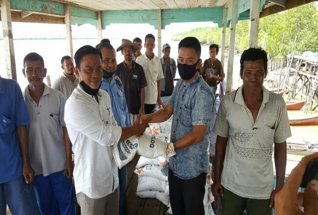 Ketua HNSI Kabupaten Kepulauan Meranti, Rony Samudra SH didampingi Wakil ketua HNSI, Syamsidir Salim saat memberikan bantuan beras kepada ketua kelompok nelayan Desa Sokop, Kecamatan Rangsang Pesisir.