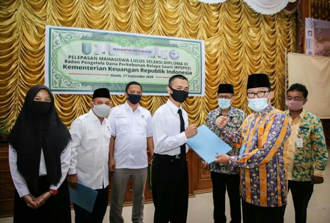 Walikota Dumai H Zulkifli As serahkan beasiswa kepada anak-anak petani binaan Apkasindo di Kota Dumai.