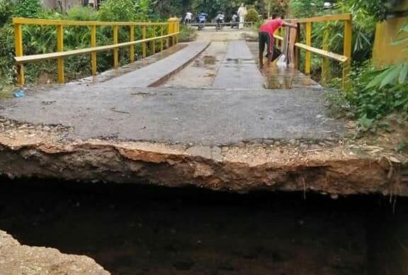 Banjir akibat luapan Sungai Kaiti do Desa RTB, Kecamatan Rambah, sempat membuat ujung jembatan rusak dikikis air yang meluap.