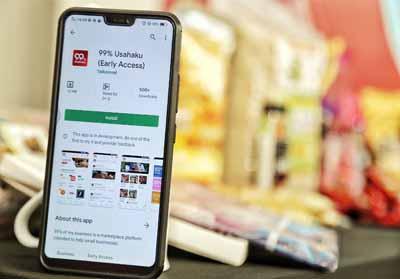"""Aplikasi 99% Usahaku yang akan segera diluncurkan secara resmi oleh Tekomsel sudah dapat diunduh di Google Play Store atau melalui tautuan tsel.me/99usahaku. Telkomsel senantiasa menjadi yang terdepan dalam menghadirkan ragam solusi layanan bisnis guna mendukung aktivitas bisnis para pelaku UMKM di Indonesia dengan mengajak para pelaku UMKM untuk bisa """"Go Digital"""", bekerjasama dengan lima komunitas dengan menghadirkan 99% Usahaku."""