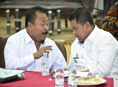 Asisten Perekonomian dan Pembangunan H Heri Indra Putra dan Camat Mandau Riki Rihardi berbincang-bincang saat rapat persiapan akhir pelaksanaan MTQ tingkat Kabupaten di Duri.