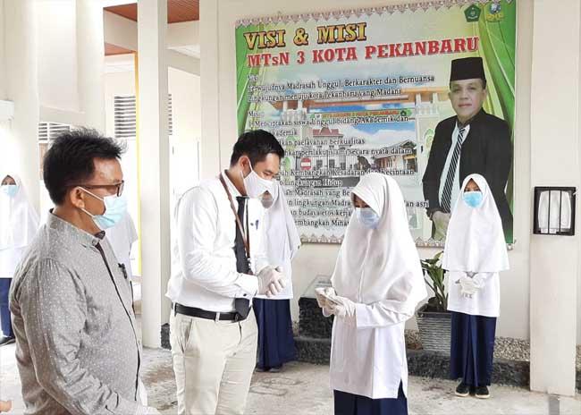 Penyerahan bantuan berupa dana beasiswa untuk yatim piatu dan duafa sebesar Rp 72 juta kepada MTsN 3, Pekanbaru.