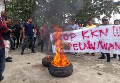 IPMB & Hipmawan menggelar demo saat berlangsungnya pelantikan anggota DPRD Pelalawan periode 2019-2024.