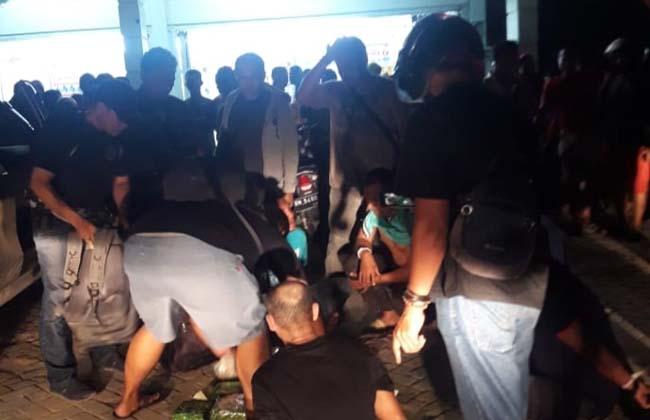 Penangkapan 10 Kilogram sabu dan 30.000 butir pil ekstasi yang dikirim dari Malaysia ke Indonesia.