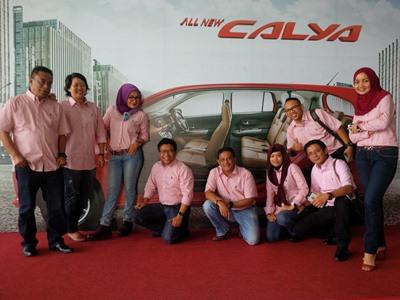 Manajemen Agung Toyota Wilayah Riau berfoto bersama usai launching Calya di Pekanbaru