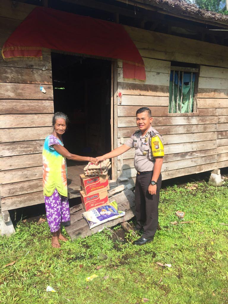 Bripka M. Haris, SH menyalurkan bantuan sembako kepada masyarakat suku asli di Desa Pambang