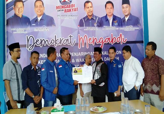 Gustian Riau, mengembalikan formulirpendaftaran untuk mengikuti penjaringan sebagai kandidat di Pilkada 2020, ke Ketua panitia penjarinagan DPC Partai Demokrat Rohul, didampingi pengurus lainnya.