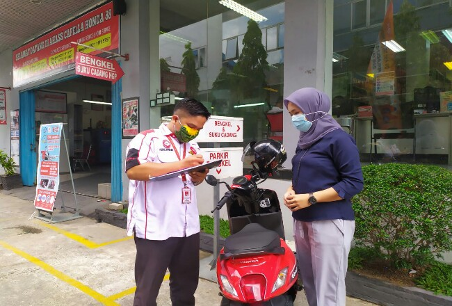 Konsumen wanita diberikan promo di Hari Kartini.