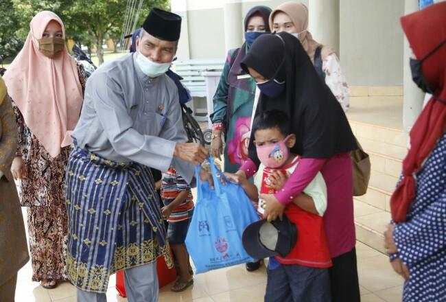 Penyerahan bantuan spesifik untuk perempuan, anak dan lansia di Kabupaten Siak.