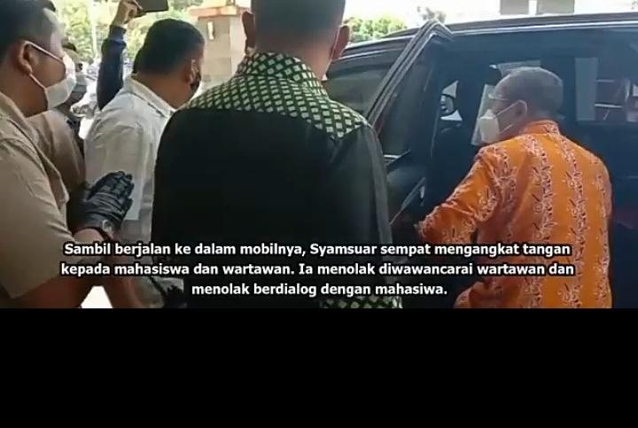 Tangkap Layar video saat Gubernur Riau dihadang mahasiswa Lalu buru-buru naik ke mobilnya dan berlalu. Sumber: Tribunpekanbaru.
