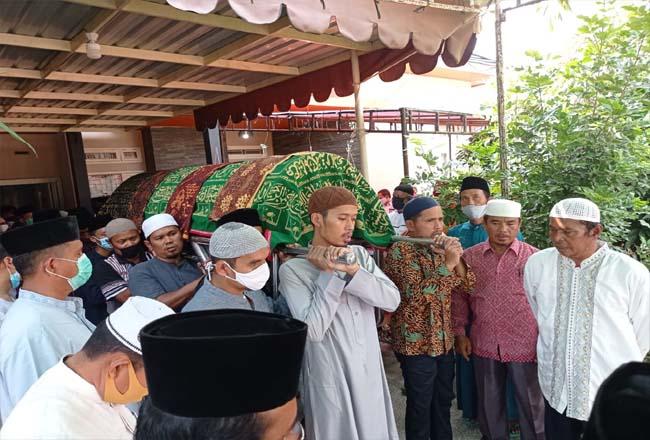 Almarhum Drs H M Damsir Ali bin Ali Bahar salah seorang pendiri Kabupaten Rohul, saat akan dimakamkan di Desa Batas, Tambusai Utara, usai disalatkan di Masjid Muhajirin Pasir Putih Desa Pematang Berangan, Rambah.