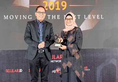 XL Axiata juga meraih penghargaan tertinggi untuk kategori layanan korporasi dan CEO of The Year bagi Presiden Direktur & CEO Dian Siswarini.