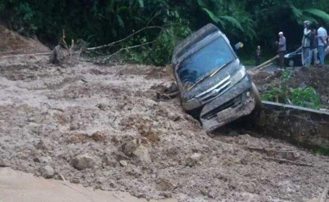 Longsor di Limapuluh Kota, Sumatera Barat menyebabkan satu mobil Luxio terseret material longsor dan akses jalan Sumbar-Riau terputus, Senin (3/2/2020)