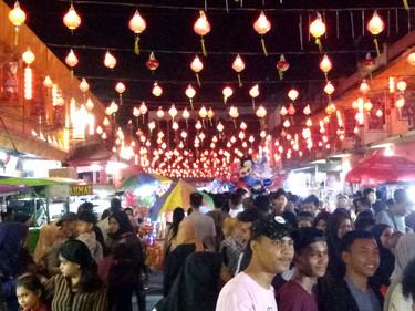 Jejeran lampion hiasi Imlek di Jalan Karet.
