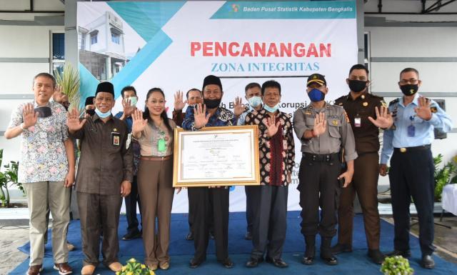 Kepala BPS Bengkalis Sukarwanto bersama Staf Ahli Haholongan dan unsur Forkopimda foto bersama usai penandatanganan pakta integritas.