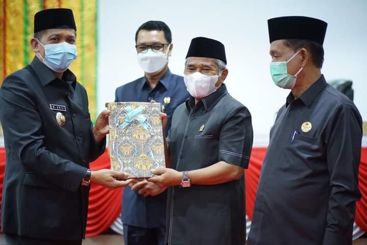 Ketua DPRD Kepulauan Meranti, Ardiansyah menyerahkan nota pengantar Rancangan Peraturan Daerah (Ranperda) inisiatif DPRD Kepulauan Meranti tahun 2021 kepada Bupati Kepulauan Meranti