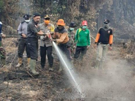 Wakapolda Riau bersama Kalaksa BPBD Riau saat memadamkan api