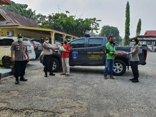 Suasana bagi-bagi sembako kolaborasi Fakultas Psikologi UIR dengan Polda Riau dan HIMPSI Riau