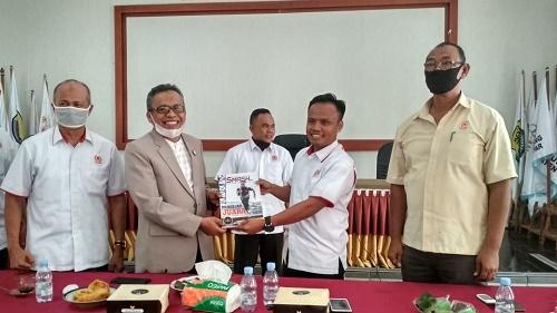 Ketua KONI Kota Pekanbaru, Anis Murzil ST menyerahkan cinderamata majalah terbitan KONI Pekanbaru.