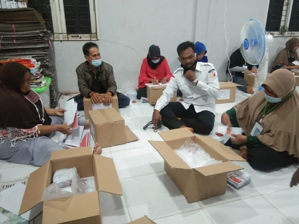 Pekerja lepas menyortir dan melipat surat suara Pilkada di Gedung KPU Kepulauan Meranti.
