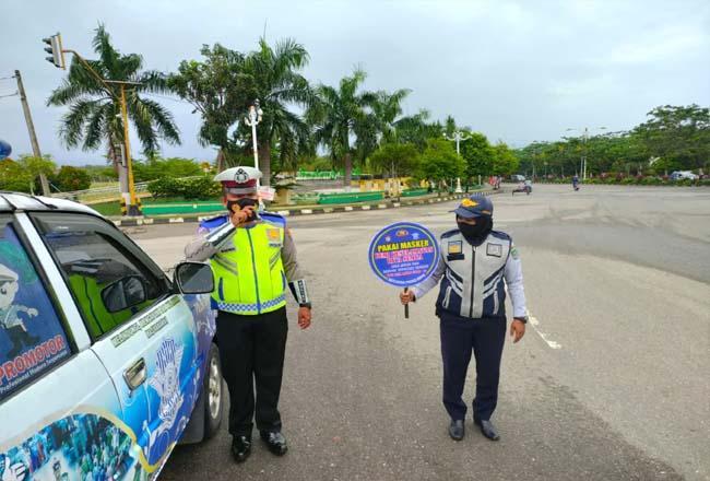 Petugas Satlantas Polres Rohul, beri imbauan ke masyarakat agar taati aturan dan Prokes untuk mencegah penyebaran Covid-19 melalui Penling.