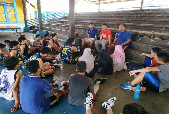 Atlet basket dari Timnas, Danny Ray memberikan pengarahan kepada peserta coaching clinik yang digelar Perbasi Rohil di GOR Wahidin.