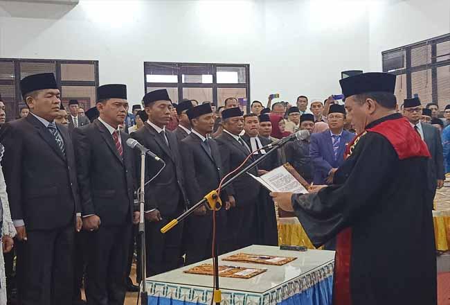Ketua PN Dumai saat mengambil sumpah jabatan 30 anggota DPRD Dumai periode 2019-2024 baru-baru ini.