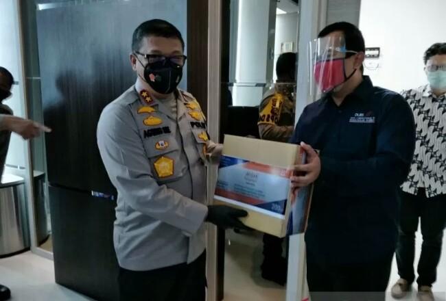 Kapolda Riau menyerahkan bantuan obat-obatan untuk Covid-19 ke RS Aulia Pekanbaru.