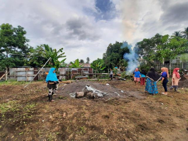 Dengan semangat membuncah para ibu anggota KWT bahu membahu membersihkan lahan sebagai kebun komunal baru.