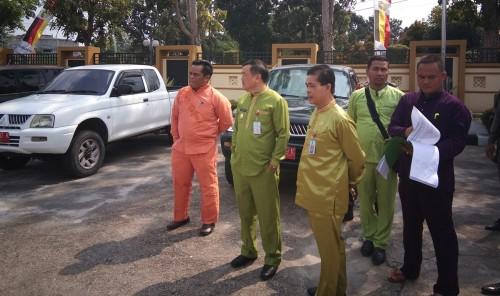 Wabup Halim didampingi Sekda Dianto Mampanini dan Kepala BPKAD Hendra meninjau langsung mobnas yang sudah terkumpul.