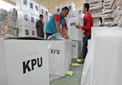 Pekerja menyiapkan kotak surat suara Pilkada. Foto:  ANTARA