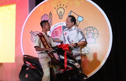 Best of The Best Student 2019, Rizal Alamsyah dari SMKN 1 Batealit, perwakilan main dealer Astra Motor Jawa Tengah menerima apresiasi dari PT Astra Honda Motor (AHM) berupa sepeda motor Honda BeAT eSP yang langsung diserahkan oleh Direktur HR, GA, IT, and SI AHM Markus Budiman.