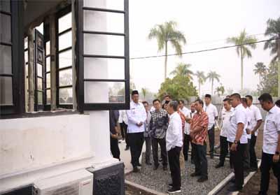 Gubernur Riau Syamsuar dan Bupati Siak Alfedri saat meninjau progres pemugaran Istana Peraduan.