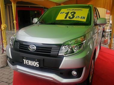 Mobil Daihatsu Terios yang dipajang di showroom Astra Daihatsu Cabang Panam
