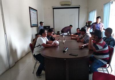 Masyarakat Dusun Segambang bersama Manager PLN Area Rengat Erwin Gunawan saat berdiskusi terkait pemasangan jaringan listrik di Dusun Segambang.