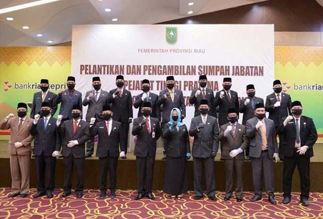 Pejabat Eselon II Pemprov Riau yang baru dilantik foto bersama.
