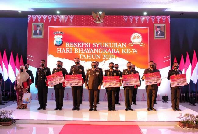 Polisi teladan dan Polisi berprestasi menerima penghargaan.