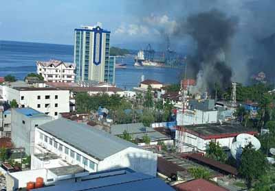 Asap mengepul dari salah satu bangunan yang dibakar massa di Jayapura.