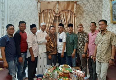Foto bersama usai penandatanganan kesepakatan Fraksi Nasdem PBB PAN Berkarya, kediaman H.Taufik Hidayat.