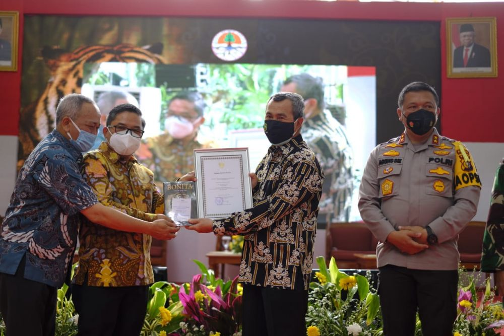 Gubernur Riau (Gubri), Syamsuar saat  peluncuran dan bedah buku Bonita Hikayat Sang Raja.