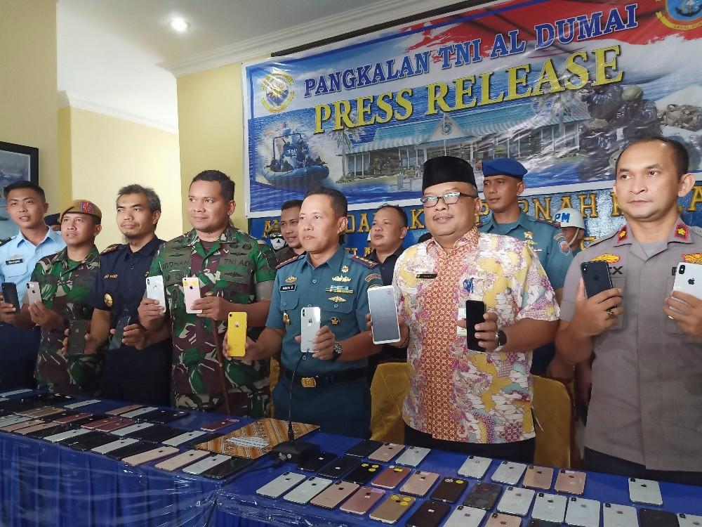 Lanal Dumai berhasil menggagalkan penyelundupan handphone ilegal asal Batam di Pelabuhan Bandar Sri Laksamana Bengkalis Selasa kemarin. FOTO: Bambang