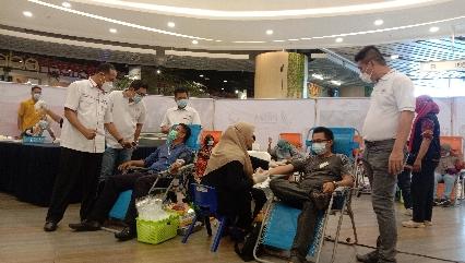 Donor darah yang digelar oleh PMI Kota Pekanbaru bersama Relawan Peduli Covid-19 Riau di Living World, Pekanbaru.