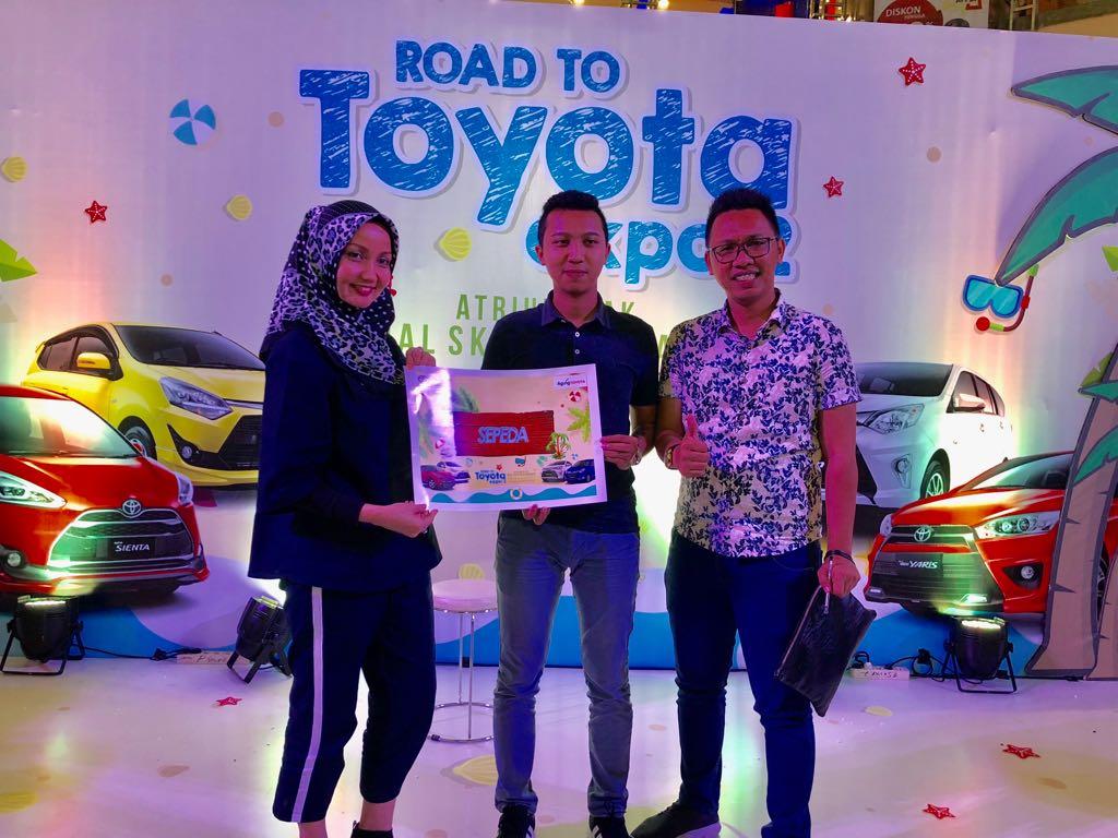 Branch Manager Agung Toyota Sutomo, Nellyta menyerahkan hadiah langsung 1 unit sepeda kepada konsumen dari PT HRC Prima Sejahtera
