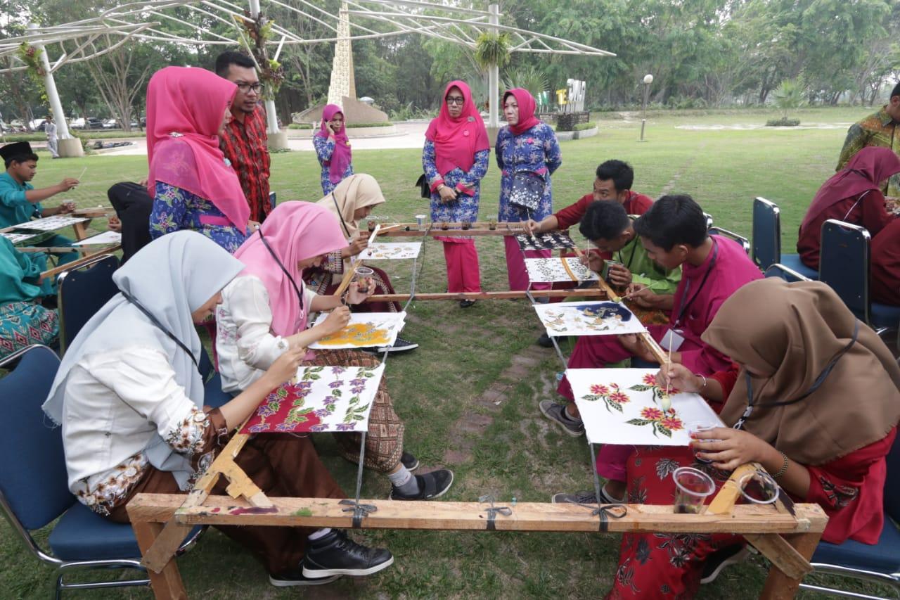 Sampena Hari Batik Nasional, RAPP bersama Dekranasda Siak menggelar berbagai kegiatan perlombaan yang berkaitan dengan membatik.