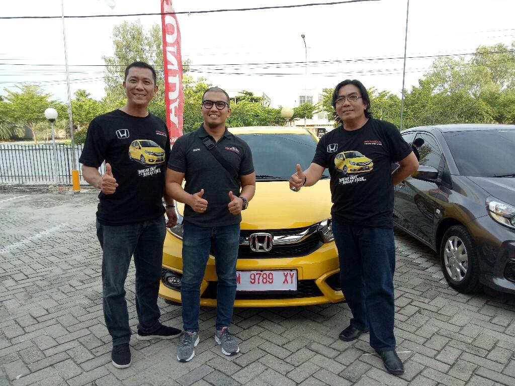 Adek bersama Agus saat penyerahan unit New Brio di Pekanbaru