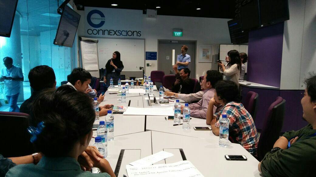 Peserta Workshop presentasikan hasil kerja kelompok yang ditugaskan Kevin Anderson dalam RGE Journalism Workshop di hari kedua, Rabu (6/12/2017)