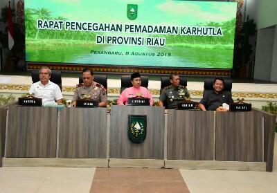 Gubernur Riau Syamsuar saat rapat Karhutla di Balai Serindit, Kamis (8/8/2019).