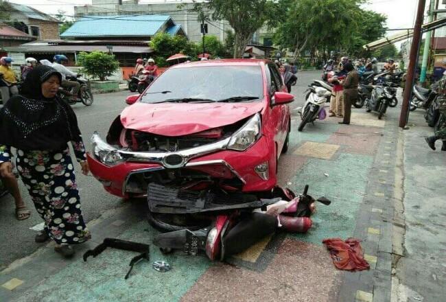 Kecelakaan mobil dan motor di perempatan Jalan Hangtuah-Kartini-Cemara, Kota Bengkalis.