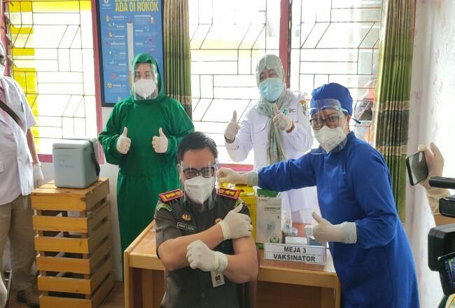Kajari Pelalawan, Nopthy T South, saar disuntik vaksin Covid-19 di Puskesmas Pangkalankerinci.